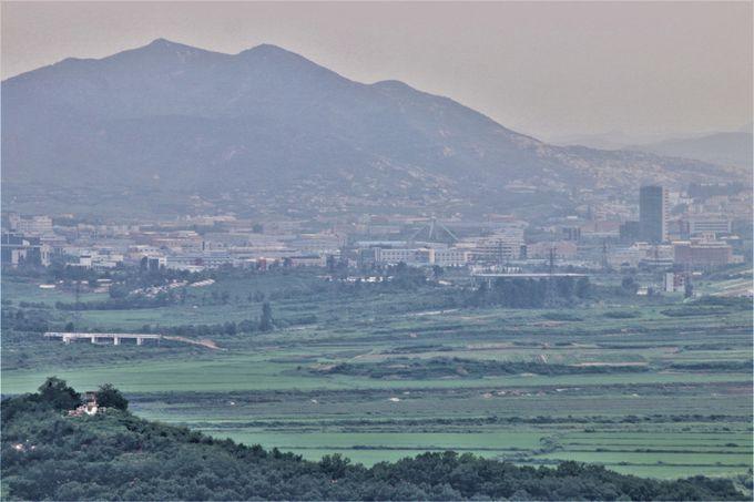 ツアーバスで非武装地帯を巡る…北朝鮮・開城の町を眺望