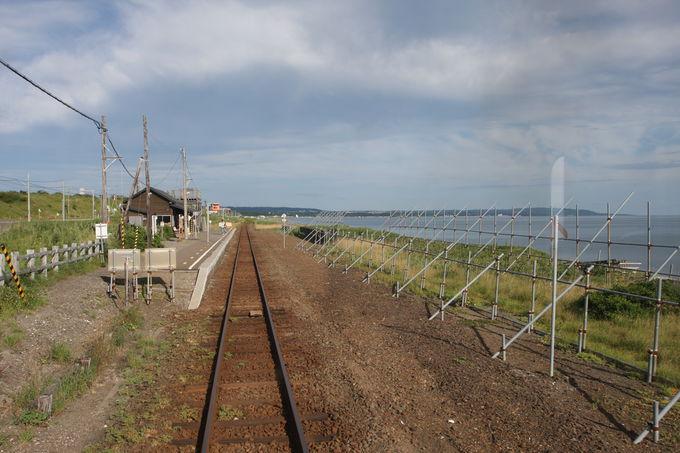 オホーツク海に一番近い駅〜北浜駅は昔ながらの木造駅舎