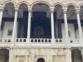 青のエントランスが美しい!イスタンブール「装飾タイル博物館」