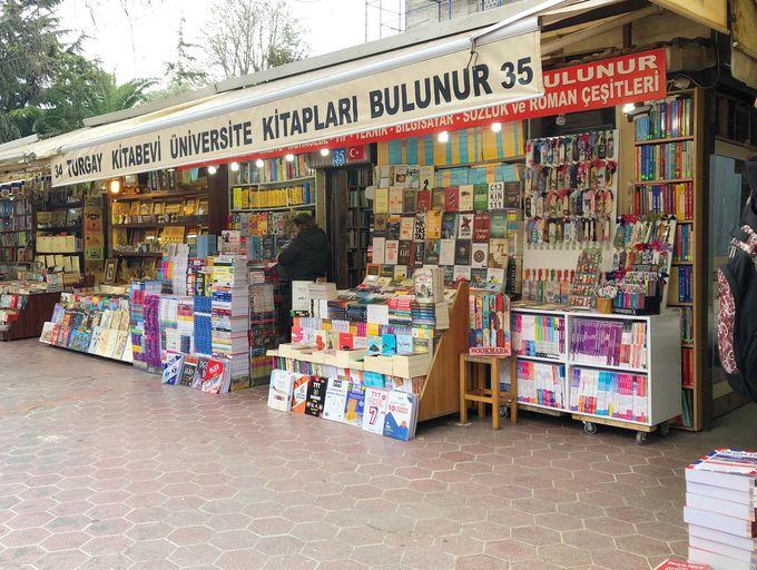 学生たちが本を探しにやって来る「古本市場」