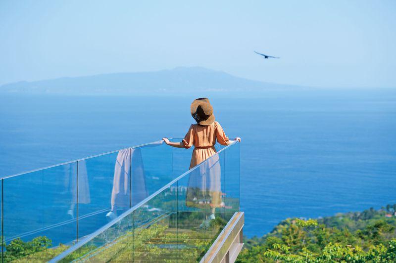 海と空に抱かれての空中散歩!伊東「小室山リッジウォーク」絶景カフェも