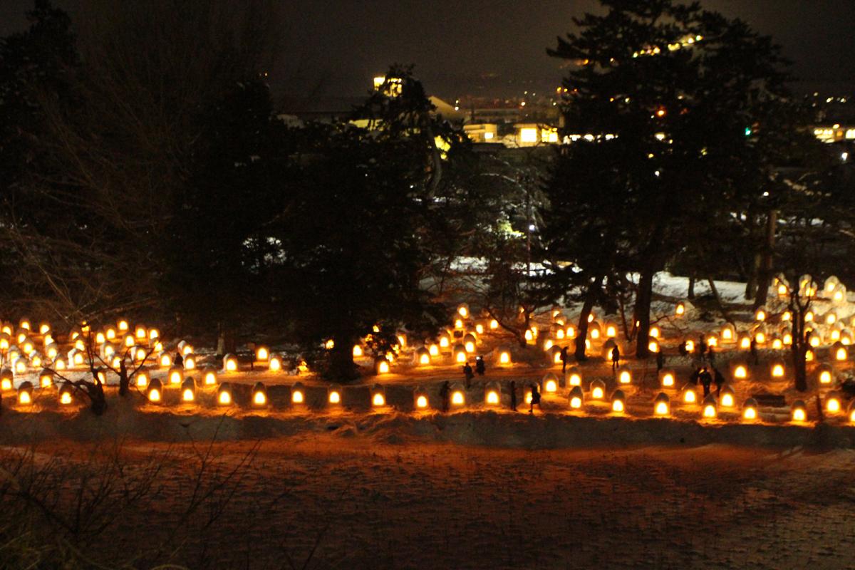 雪景色の弘前城が美しい!弘前城雪燈籠まつりが今年も開幕!