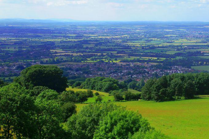 高台から見渡せる英国コッツウォルズの美しい景色を