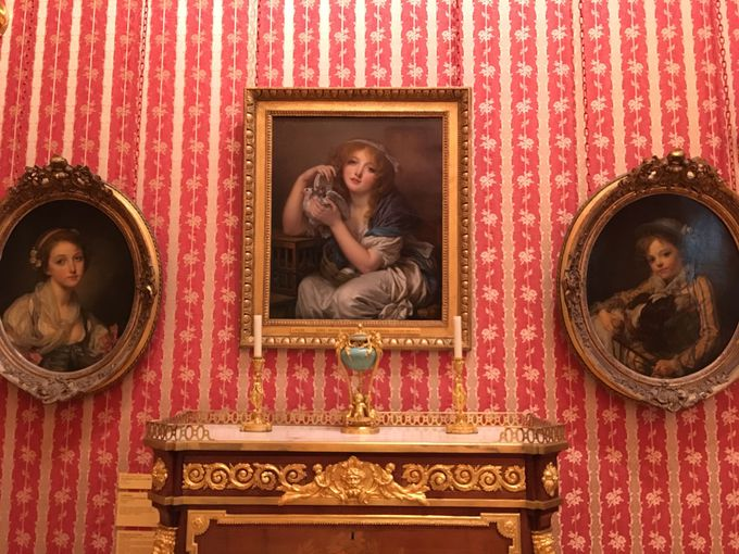 絵画・陶器・シャンデリアのおしゃれな空間に注目