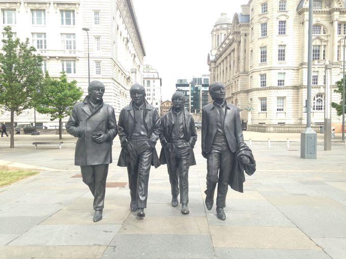 今にも動き出しそうなビートルズ4人の銅像