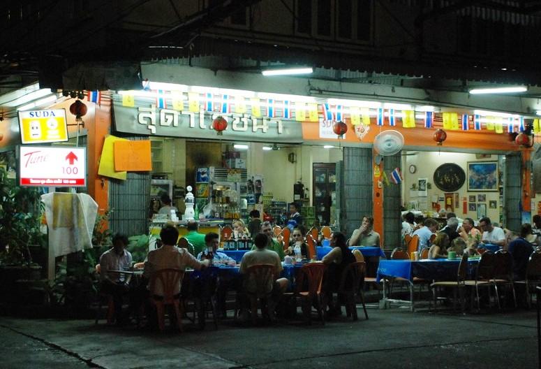 繁華街の中心部で定番タイ料理を味わう