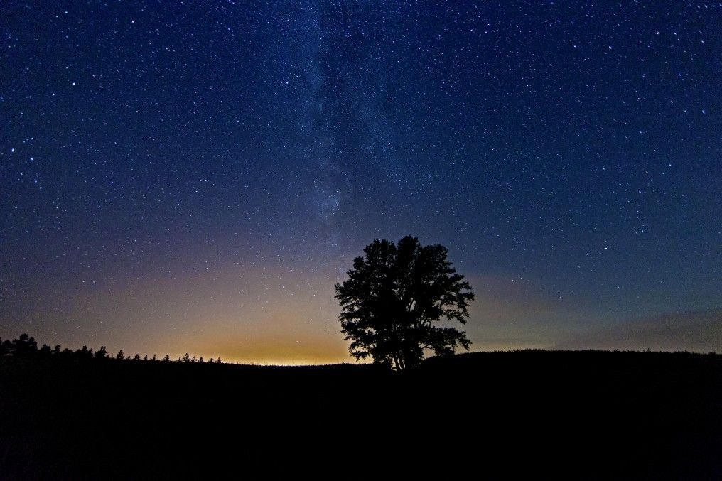 夜は漆黒の闇の中、季節の星空に吸い込まれる