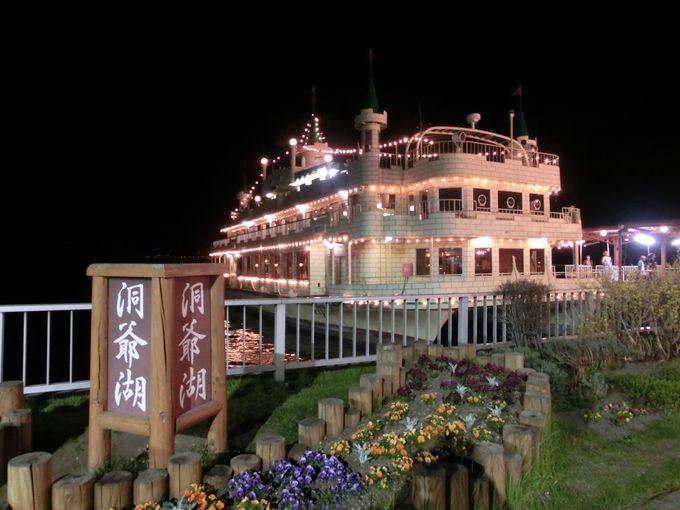 観光船で湖上から鑑賞