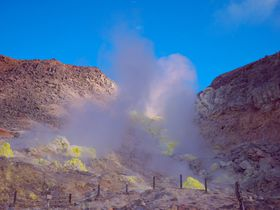 地球外的な景色!蛍光イエローの硫黄山は川湯温泉の源