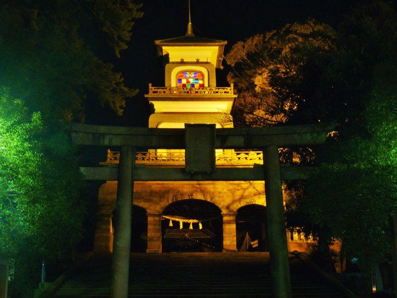 金沢尾山神社の神門ライトアップは必見・神社なのにステンドグラスが!
