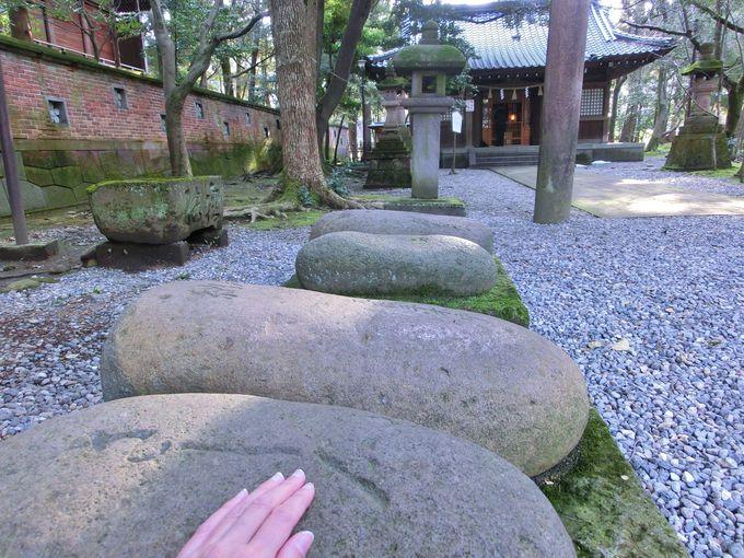 金谷神社前の「さし石」