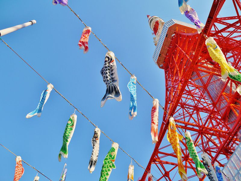 東京タワーに「さんま」が泳ぐ!巨大「さんまのぼり」と333匹の「鯉のぼり」