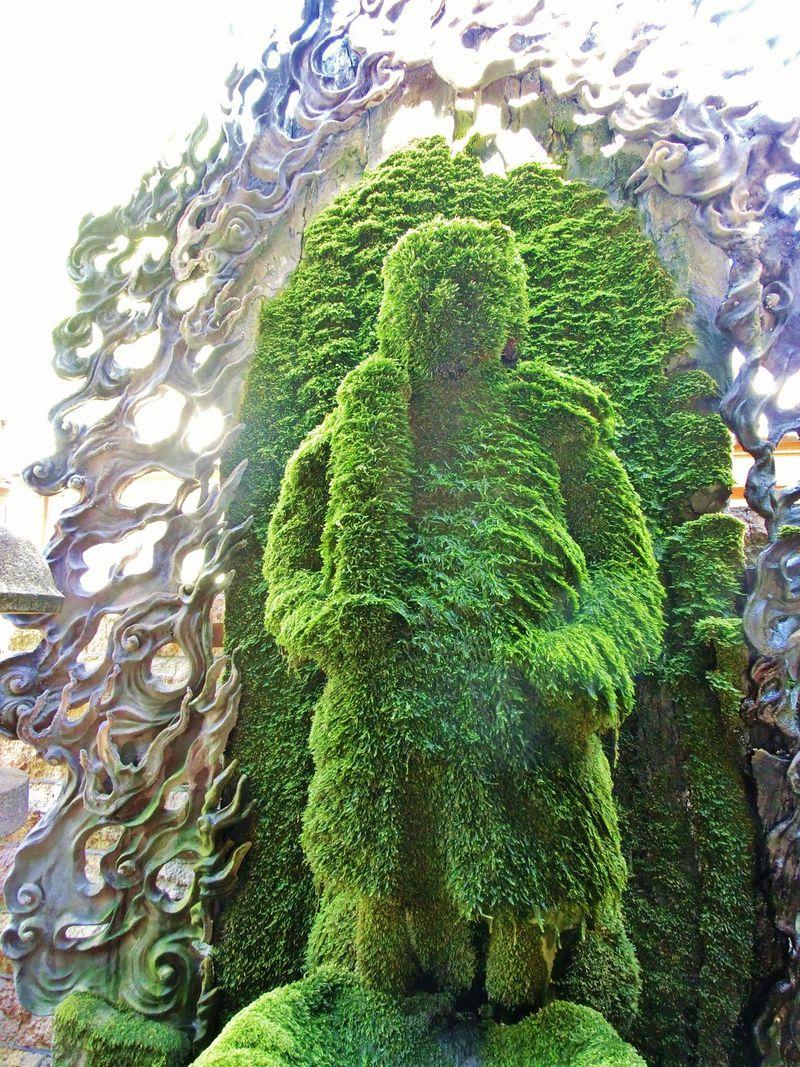 大阪ミナミ・法善寺横丁の不動明王さまのもふもふがスゴイ