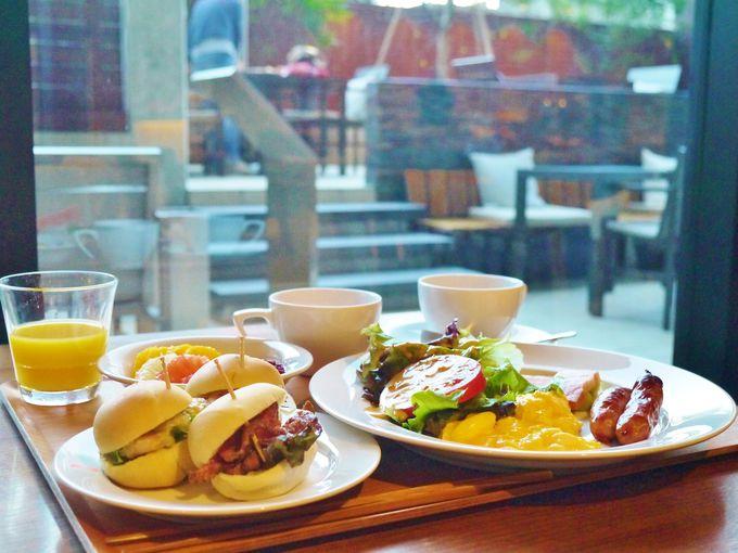 おしゃれなテラスで朝食やお酒を楽しめる「SAKURA TERRACE」