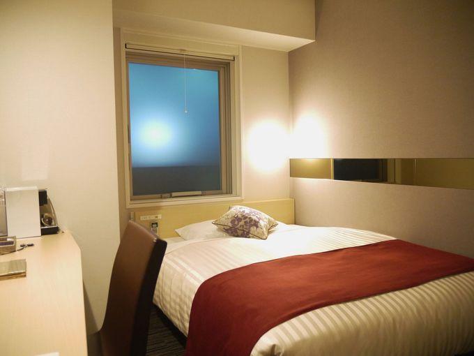 広いベッドと落ち着く空間
