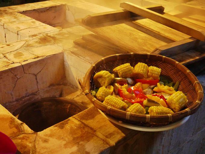 中庭にある地獄釜と自炊室で湯治体験