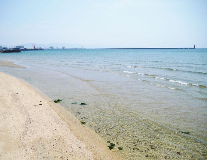 梅津寺駅は改札を出たらもう砂浜