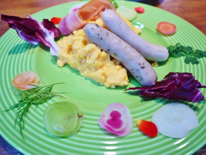 カラフルなお皿でいただく元気の出る朝食