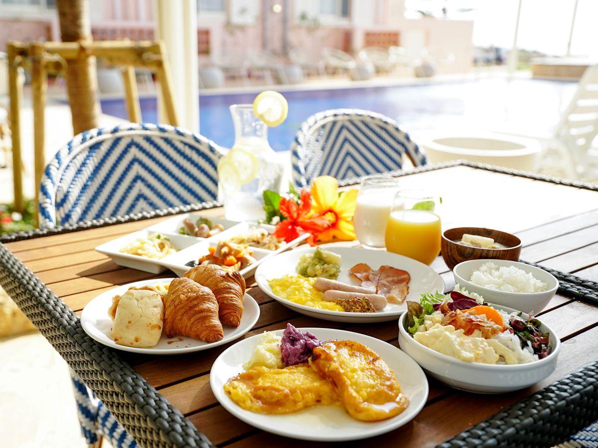 朝食は海が見える明るいビュッフェレストランで