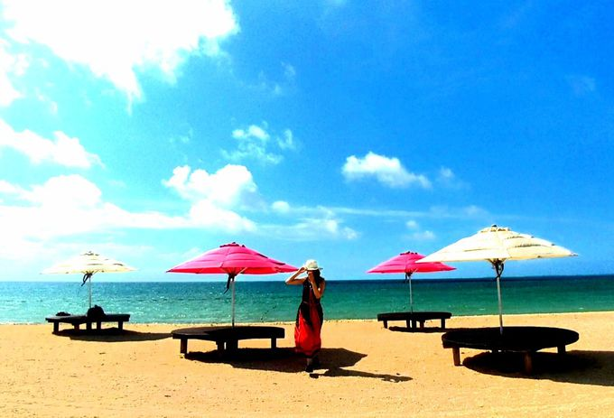リゾートの奥にはコバルトブルーのビーチ
