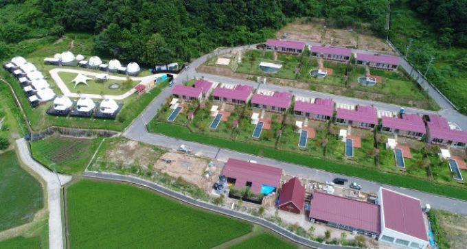 広い敷地にグランピングテントエリアとプライベートヴィラエリア