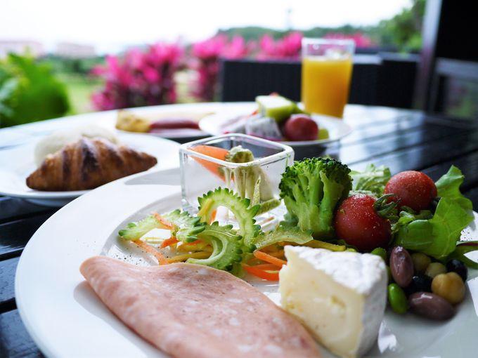 翌朝はテラス席でリゾートらしい朝食を