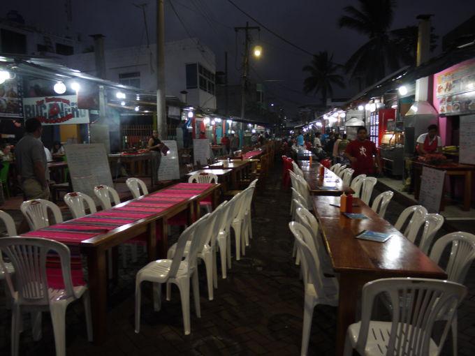 夜の屋台では格安の絶品海鮮料理を!