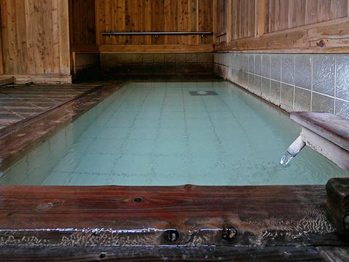 無色透明の湯が白濁する日もある