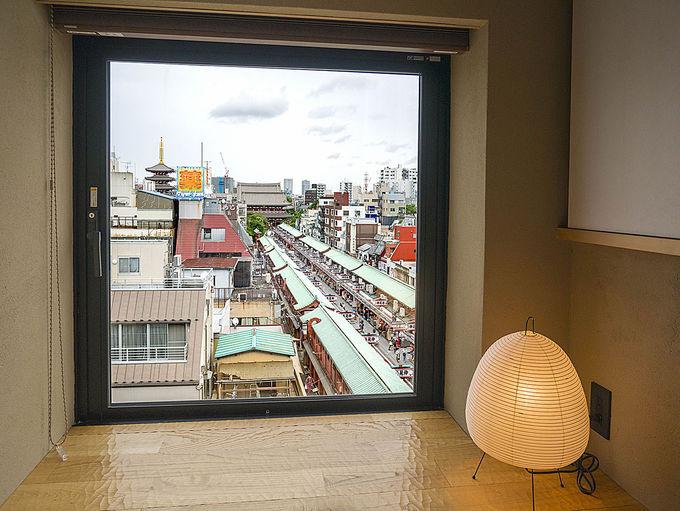 窓から見える浅草ならではの景観