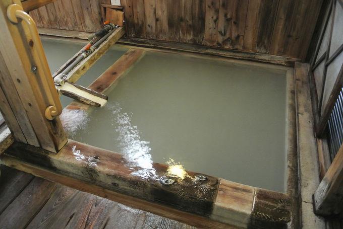 女湯は白濁したふたつの湯船