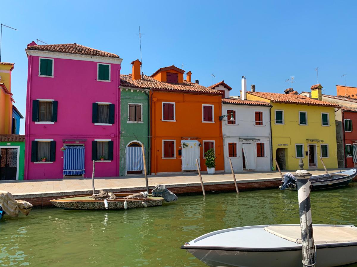 カラフルなブラーノ島!ヴェネツィア・ラグーンの島を日帰り観光