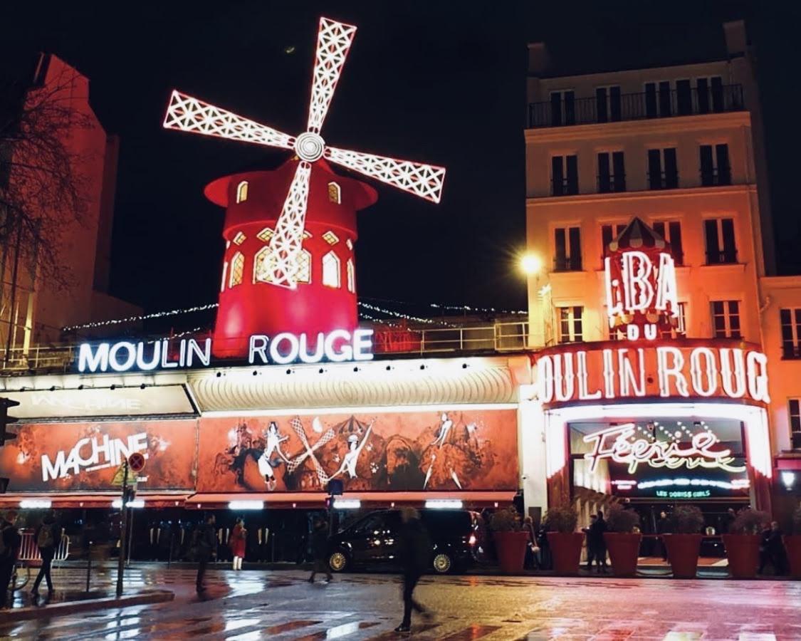 夜のパリの街に輝く赤い風車