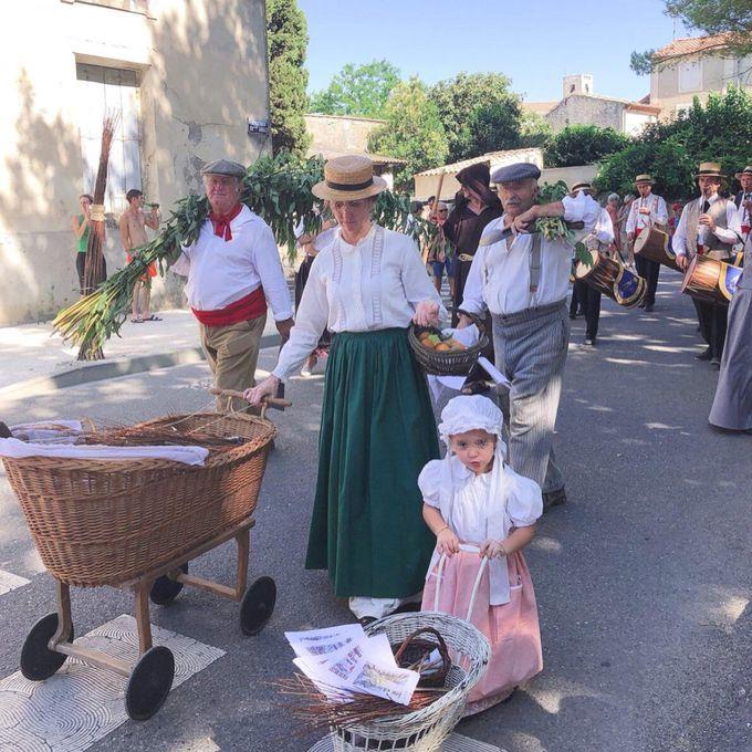 子供から老人まで!村人総出の愉快な大パレード