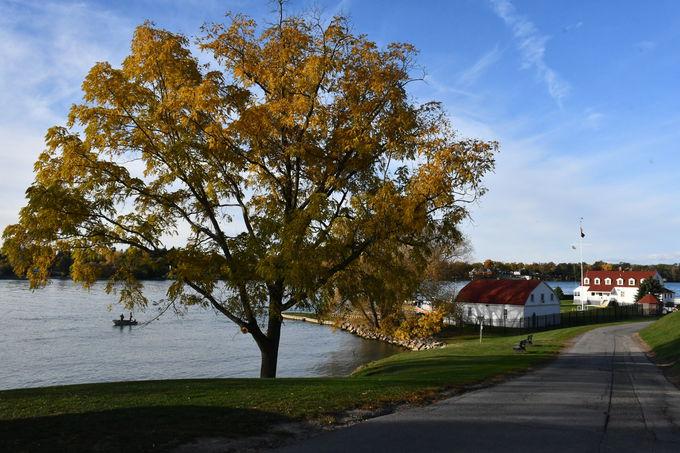 紅葉で色づく穏やかな田舎町