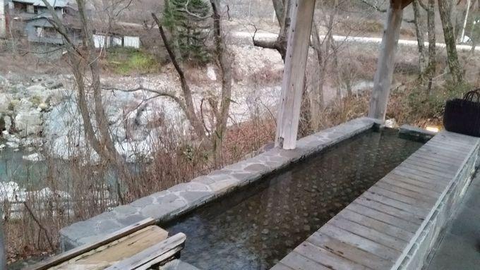 渓流を見渡しながらの足湯が気持ちいい!
