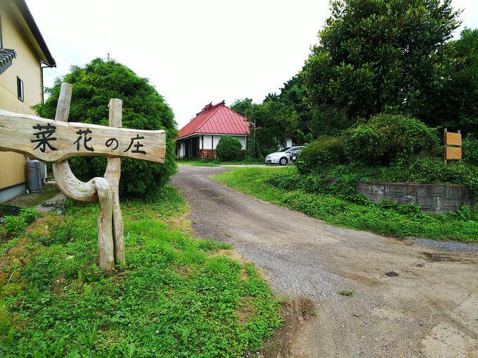 細い田んぼ道を通ってたどり着く素敵な古民家