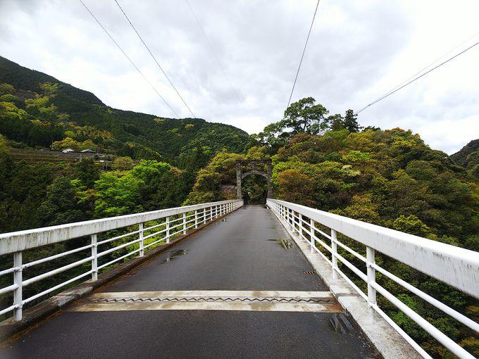 厳かな雰囲気の入り口から橋へ