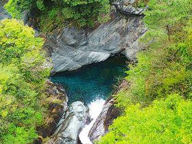 知られざる紺碧の水景色!愛媛県西条市「止呂峡」が美しい