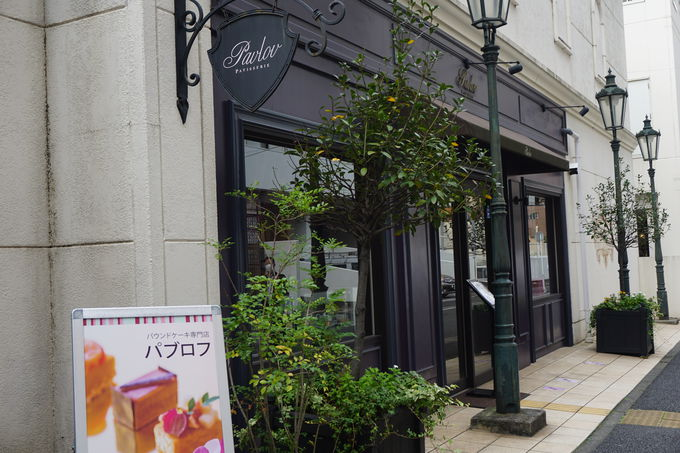 パリの街角にある老舗カフェの風格!