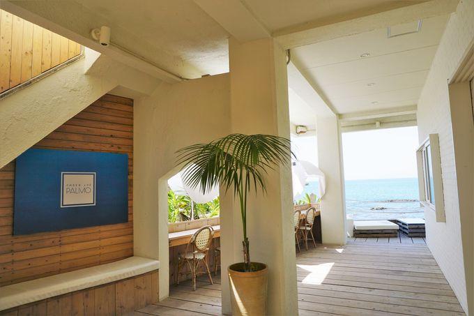 海外客のファンも多いビーチリゾートホテル風のテラス席