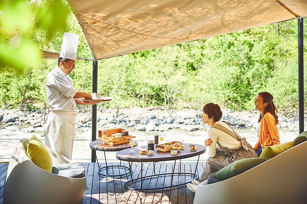 「奥入瀬渓流ホテル」では渓流テラス朝食が人気!