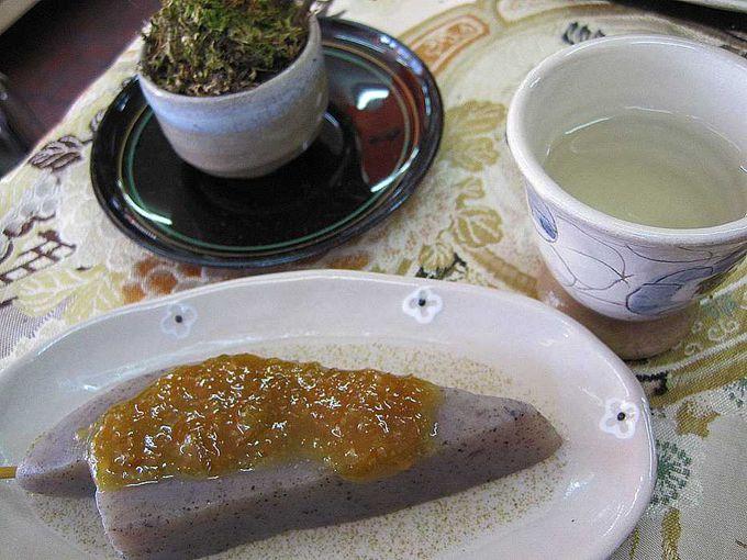 ご神水で入れた梅茶と、自家製味噌だれのみそおでんをいただきます♪