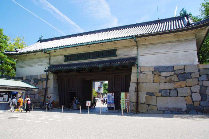 天守閣とともに再建された正門