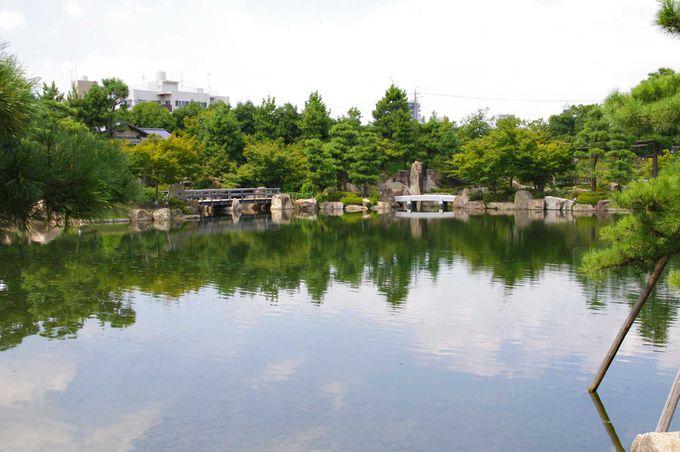 エメラルドグリーン色の湖と緑が美しい、龍仙湖