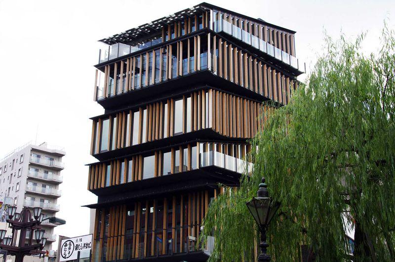 ちょっと変わった形の「浅草文化センター」