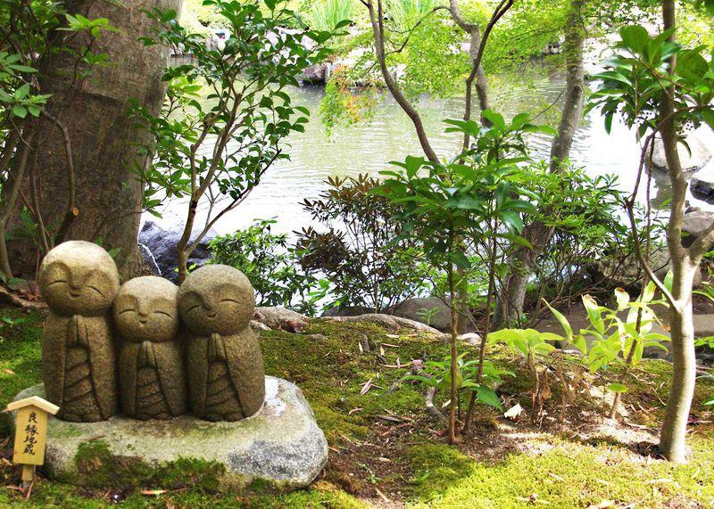 大迫力の光輝く観音様に驚き、ひっそりと笑いかける なごみ地蔵 に癒される。鎌倉「長谷寺」