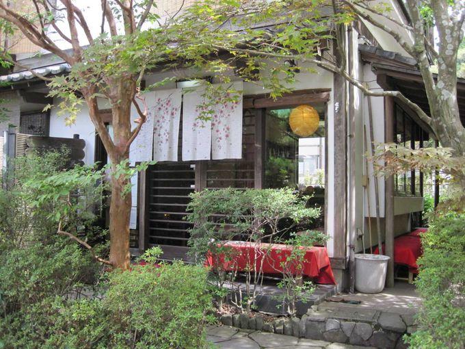 アジサイ寺として有名な明月院門前にお店はあります。