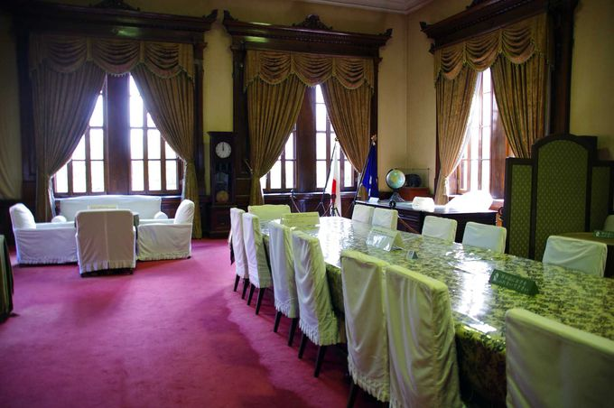 歴代の長官や知事が仕事をした、記念室