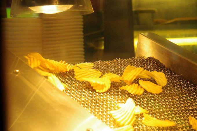 店内のキッチンで揚げられる、ポテトチップ!
