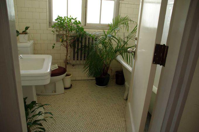 建築当初のタイルが使われているバスルーム